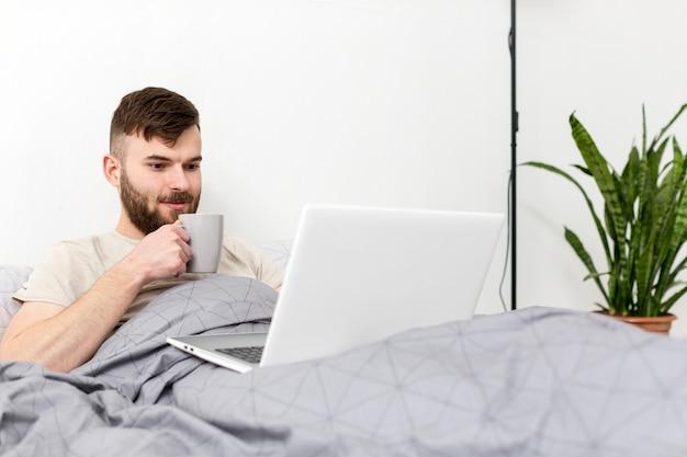 Portret młoda samiec cieszy się pracę od domu