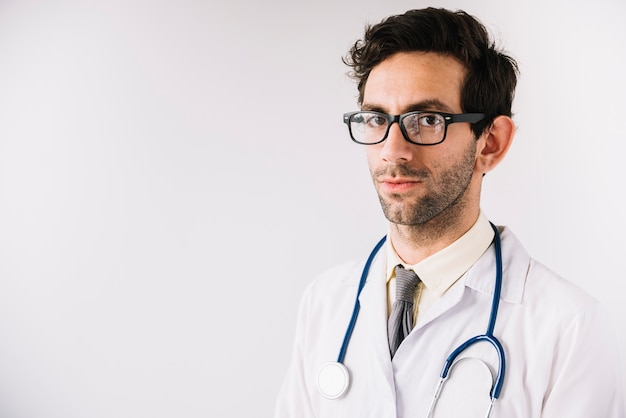 Portret młoda samiec lekarka jest ubranym eyeglasses