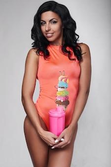 Portret młoda sprawności fizycznej kobieta jest ubranym sportswear