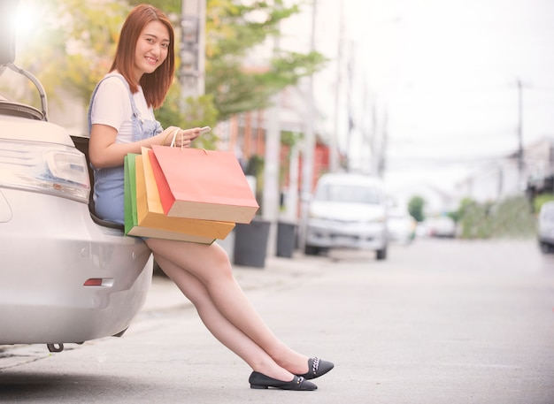 Portret młoda szczęśliwa uśmiechnięta kobieta z torba na zakupy
