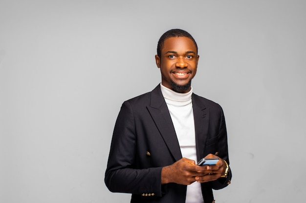 Portret młodego afroamerykańskiego biznesmena korzystającego z telefonu komórkowego