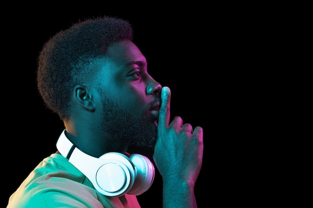 Portret młodego afrykańskiego mężczyzny ze słuchawkami