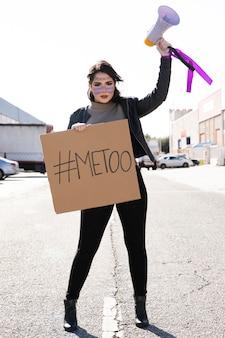 Portret młodego aktywisty protestującego