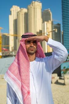 Portret młodego arabskiego biznesmena