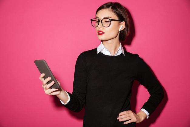 Portret młodego atrakcyjnego bizneswomanu