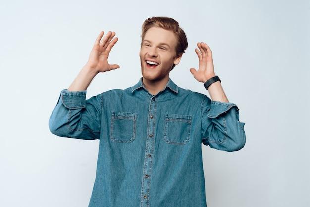 Portret młodego atrakcyjnego brodaty faceta śmiać się