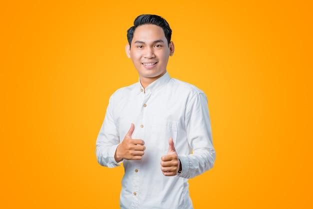 Portret młodego azjatyckiego mężczyzny dającego podwójny kciuk w górę