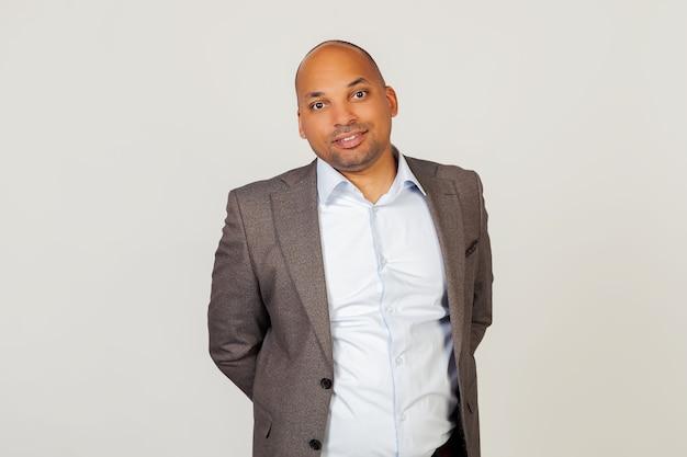 Portret młodego biznesmena african american guy uśmiechnięta, stwarzających
