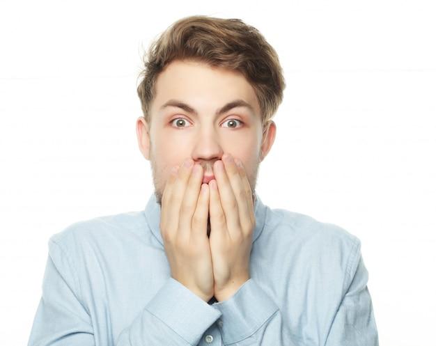 Portret młodego biznesmena boi się i boi się czegoś