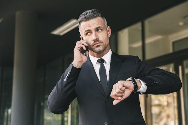 Portret młodego biznesmena, odnoszącego sukcesy
