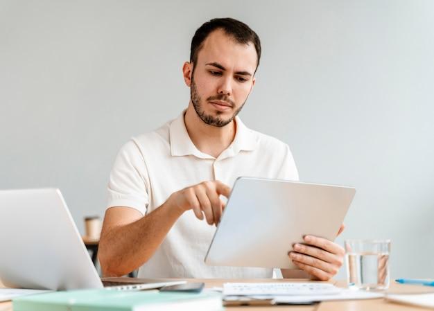 Portret młodego biznesmena pracy