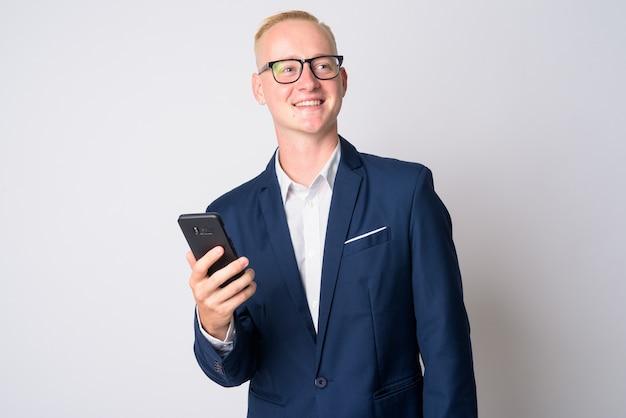 Portret młodego biznesmena przystojny z krótkimi blond włosami w garniturze i okularach na białym tle