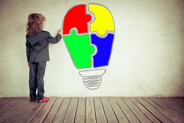 Portret młodego biznesmena w nowoczesnym biurze na poddaszu koncepcja kreatywna i innowacyjna sukcesu