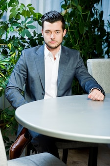 Portret młodego biznesmena we wnętrzu. portret młodego biznesmena sukcesu.