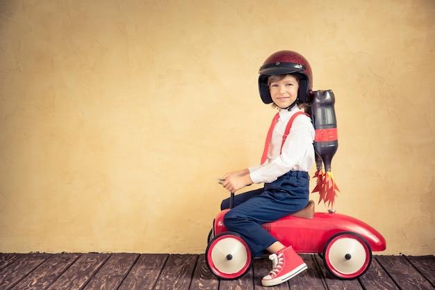 Portret młodego biznesmena z plecakiem odrzutowym jadącym samochodem retro