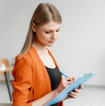 Portret młodego bizneswomanu z schowkiem