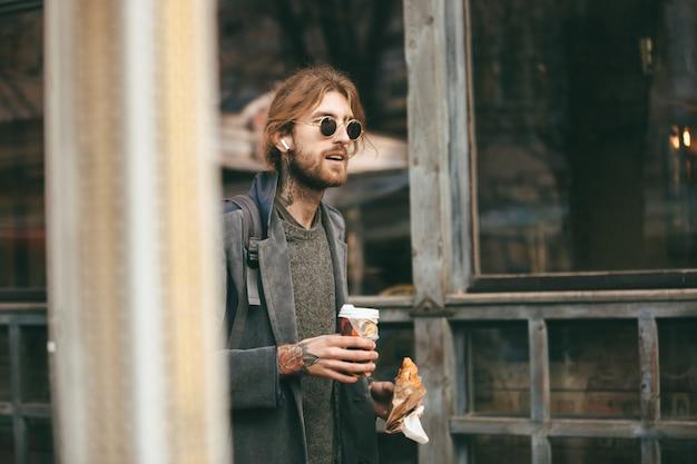 Portret młodego brodatego mężczyzny ubranego w płaszcz