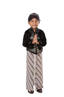 Portret młodego chłopca na sobie tradycyjne ubrania jawajskie