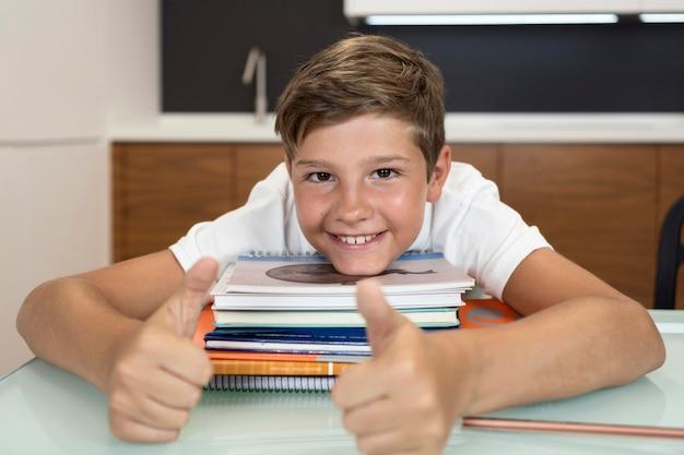 Portret młodego chłopca uśmiecha się w domu