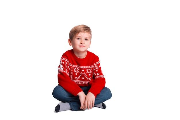 Portret młodego chłopca w boże narodzenie sweter patrząc