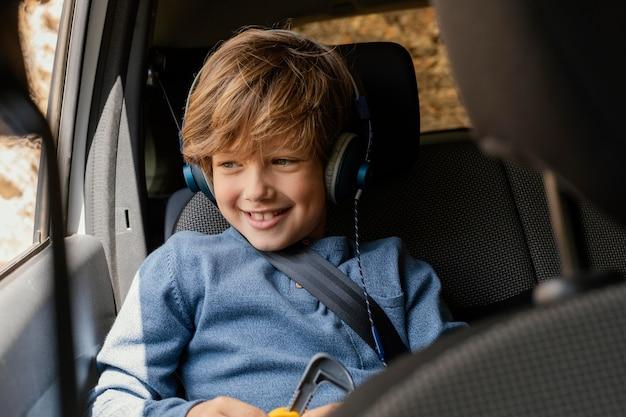 Portret młodego chłopca w samochodzie