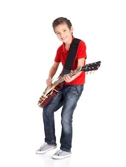 Portret młodego chłopca z gitarą elektryczną na białym tle