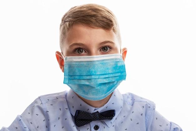 Portret młodego chłopca z maską studiuje