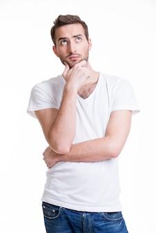 Portret młodego człowieka myślącego wyszukuje w przypadkowych na białym tle