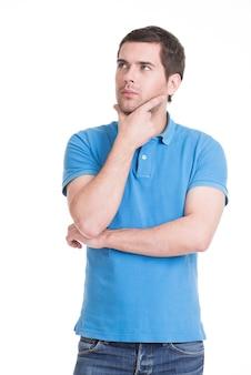Portret młodego człowieka myślenia patrzy ręką w pobliżu twarzy - na białym tle.