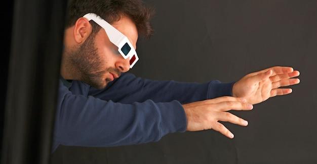 Portret młodego człowieka na sobie okulary 3d