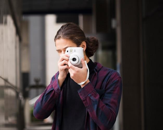 Portret młodego człowieka, robienie zdjęć