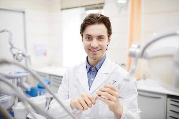 Portret młodego dentysty
