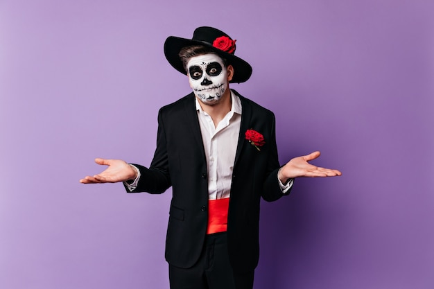 Portret młodego dżentelmena z zabawnym wyrazem twarzy, pozuje z rękami wyrwanymi z beznadziejności.