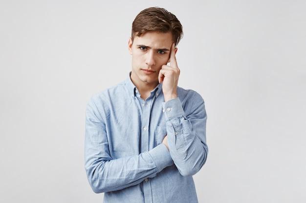 Portret młodego faceta, który próbuje się skoncentrować.