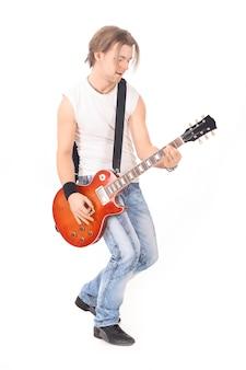 Portret młodego faceta z gitarą. na białym tle