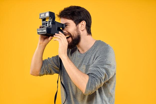 Portret młodego fotografa płci męskiej