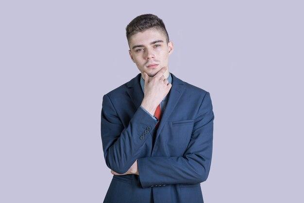 Portret młodego i stylowego chłopca w garniturze