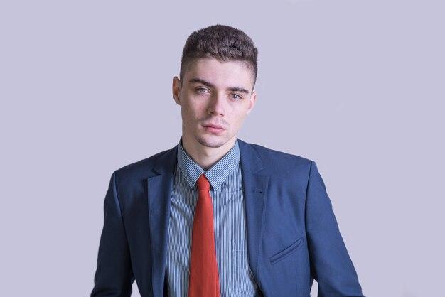 Portret młodego i stylowego mężczyzny w garniturze