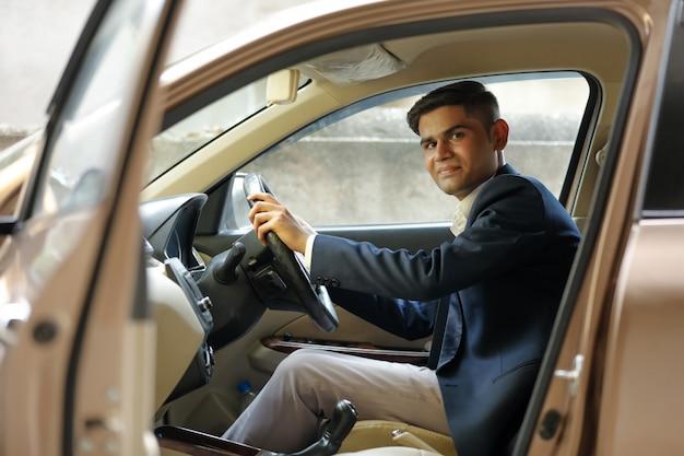 Portret młodego indyjskiego człowieka biznesu, jazdy samochodem