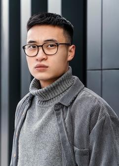 Portret młodego japońskiego mężczyzny w okularach