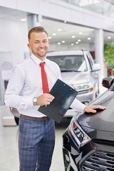 Portret młodego konsultanta salonu samochodowego