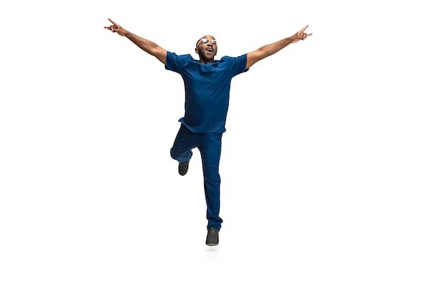 Portret młodego lekarza afrykańskiego mężczyzny pozuje na białym tle