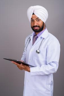 Portret młodego lekarza indyjskiego człowieka sikhów gospodarstwa schowka