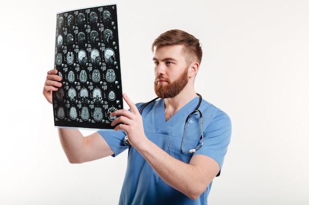 Portret młodego lekarza medycyny analizuje obraz ct
