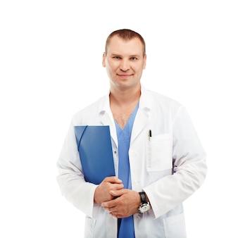 Portret młodego lekarza płci męskiej w białym fartuchu i niebieskim zarośla na białym