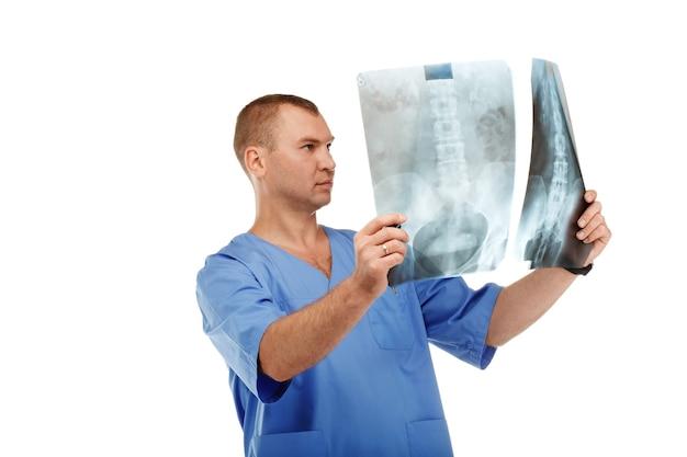 Portret młodego lekarza płci męskiej w mundurze medycznej chirurgicznej niebieski na białym tle