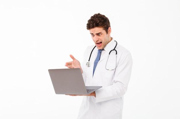 Portret młodego lekarza płci męskiej ze stetoskopem