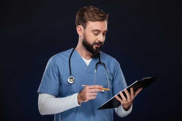 Portret młodego lekarza płci męskiej