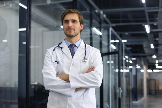 Portret młodego lekarza ze stetoskopem, zbliżenie