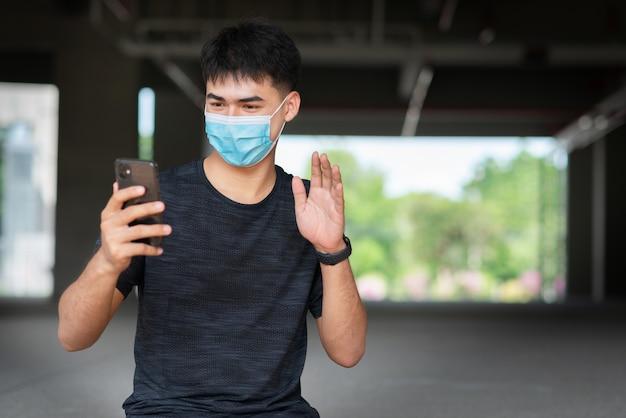 Portret młodego mężczyzny azji ubrany w maskę
